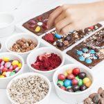 Zdobienie tabliczek czekolady - Muzeum Czekolady Warsztatownia